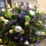Båredekoration med forårs blomster i sarte pasteller