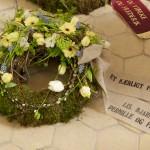 Krans med forårs blomster i sarte pastelfarver med hørbånd