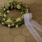 Begravelses kransmed tulipaner og andre forårs blomster