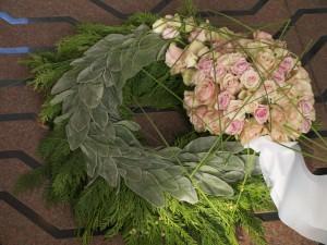 Begravelses krans med roser og lammeøre