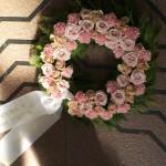 Krans fyldt med roser i pastel farver